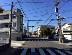 サザン通りとの交差点、右方向/茅ヶ崎駅